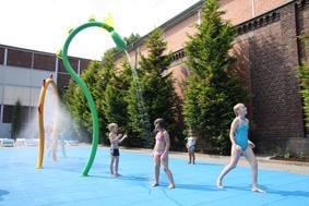 Kinder spielen mit den Spiel-Wasserduschen im Wasserpark Gevelsberg